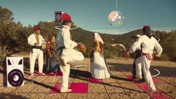 Fotograma de la polémica campaña de Pachá sobre el ball pagès.