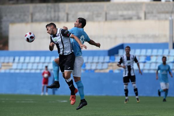 Borriello pugna con un rival. Foto: Paco Natera (Fútbol Pitiuso)