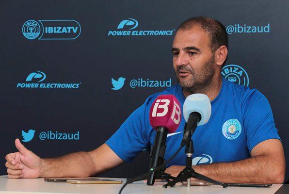El entrenador del Ibiza, Ñoño Méndez, en rueda de prensa. Foto UD IBIZA