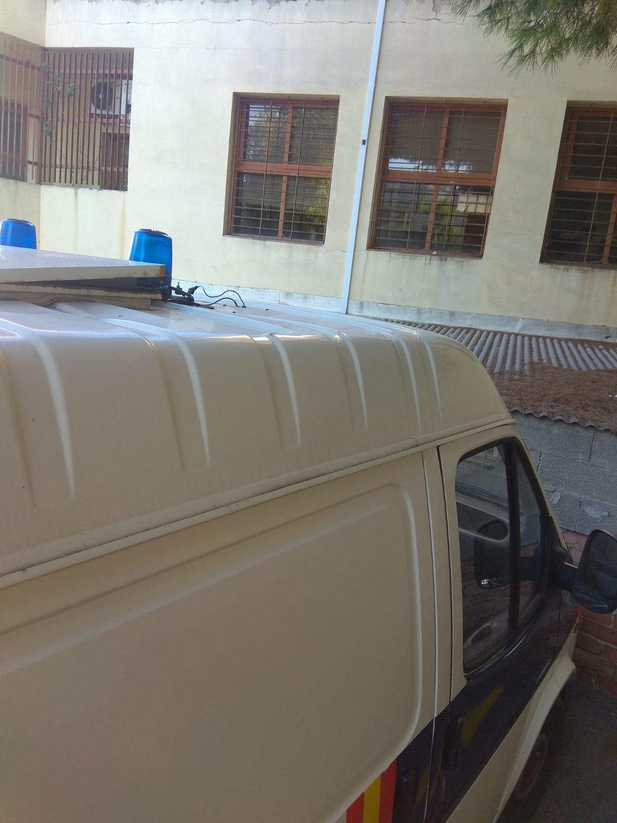 Imagen en la que se aprecia la precaria conexión de los cables y la trampilla del techo por la que entra agua en el furgón de la Policía Nacional.