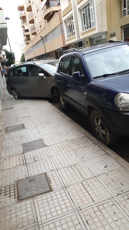 Calle Aragón, coches dañados por un Hummer.