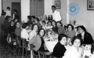 Comida de compañerismo de trabadores de la fábrica de lencería de Can Llambíes. Principio de la década de 1950. Foto V. Costa.