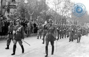 Desfile de militares de Infantería Teruel 48 de Ibiza por el paseo de Vara de Rey el día de su patrona, la Inmaculada Concepción, 8 de diciembre de 1958. Archivo Vicente Tur Guasch 'Fur