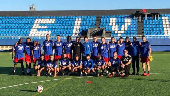Foto del equipo suizo en Can Misses, antes de jugar el partido amistoso ante el CD Ibiza.