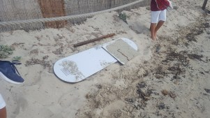 Los restos del velero continúan en el mar y en la playa meses después de quedar varado. Foto: E. Cardona.