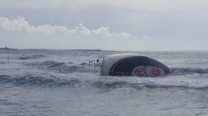 El velero lleva tanto tiempo varado que incluso han pintado un grafiti en el casco. Foto: E. Cardona.