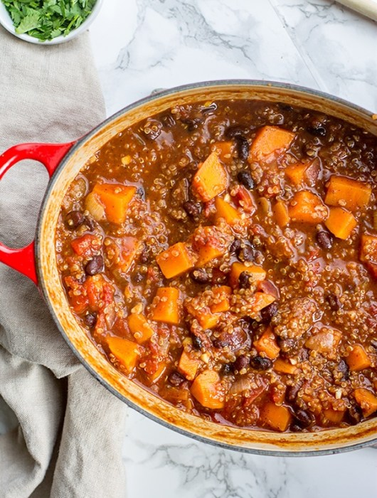 One-pot sweet potato black bean chili | The best vegetarian chili recipe - hearty, flavorful, and healthy! #vegetarian #chili #comfortfood