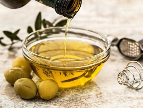 huile d'olive dans un bol avec quelques olives
