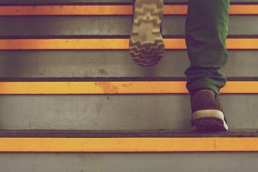 pieds qui monte les marches