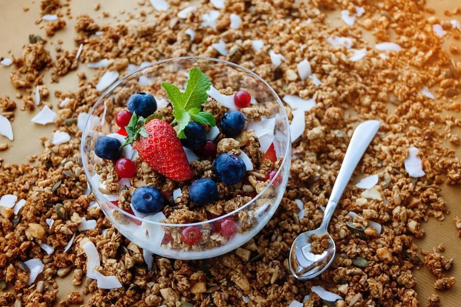 Dessert yaourt granola et fruits pour pour maigrir en se faisant plaisir
