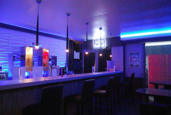 Au fond du bar vous pouvez apercevoir les vestiaires