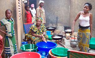 Des femmes dans une maison de Niamey préparent un festin à l'occasion de la journée du mouton. (Photo: Stéphanie Bachand)