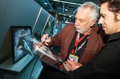 Nolan Bushnell firma il ritratto
