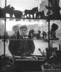 1947+Robert_Doisneau_Shop_Window,_1947