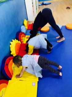 qué beneficios tiene el yoga para niños