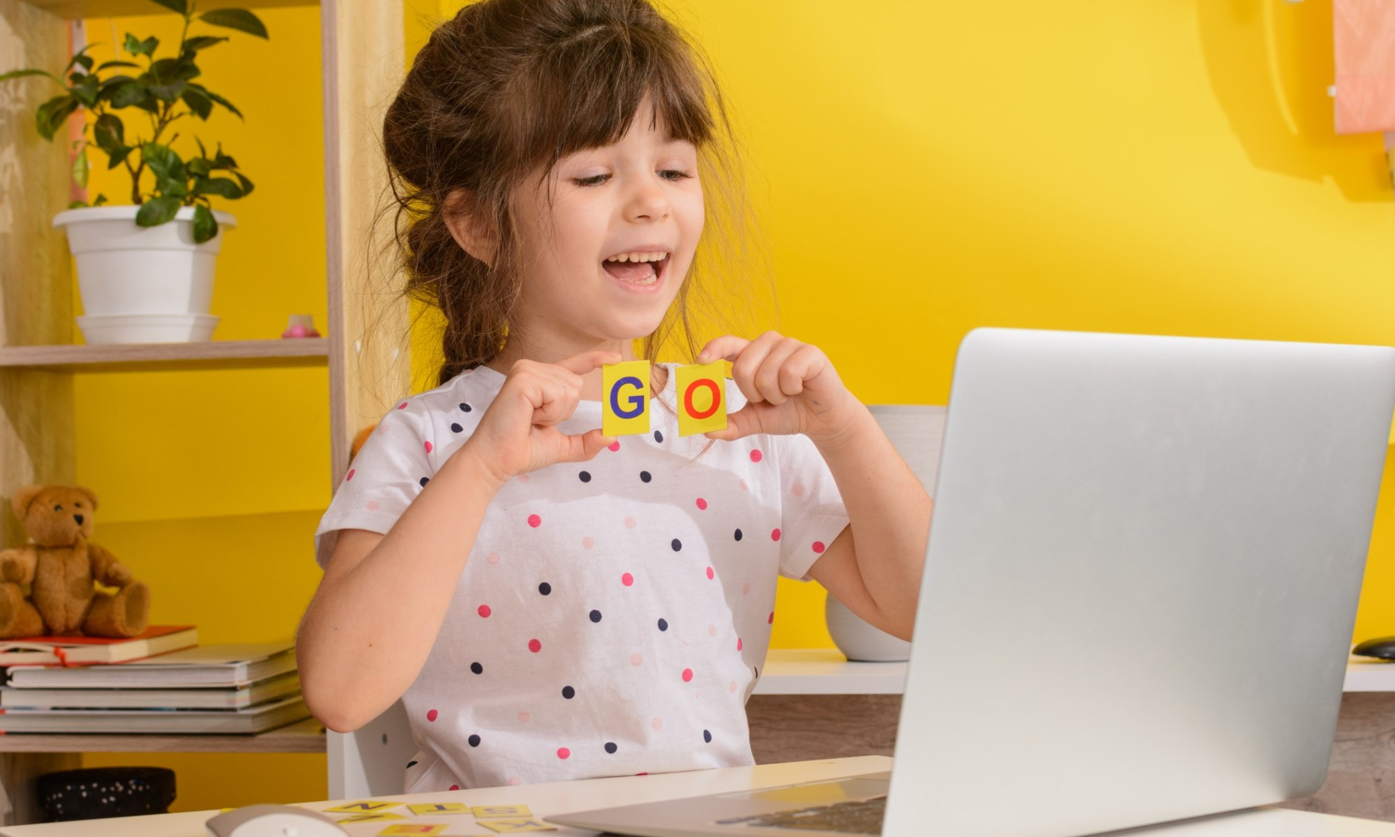 I bambini imparano inglese online a casa