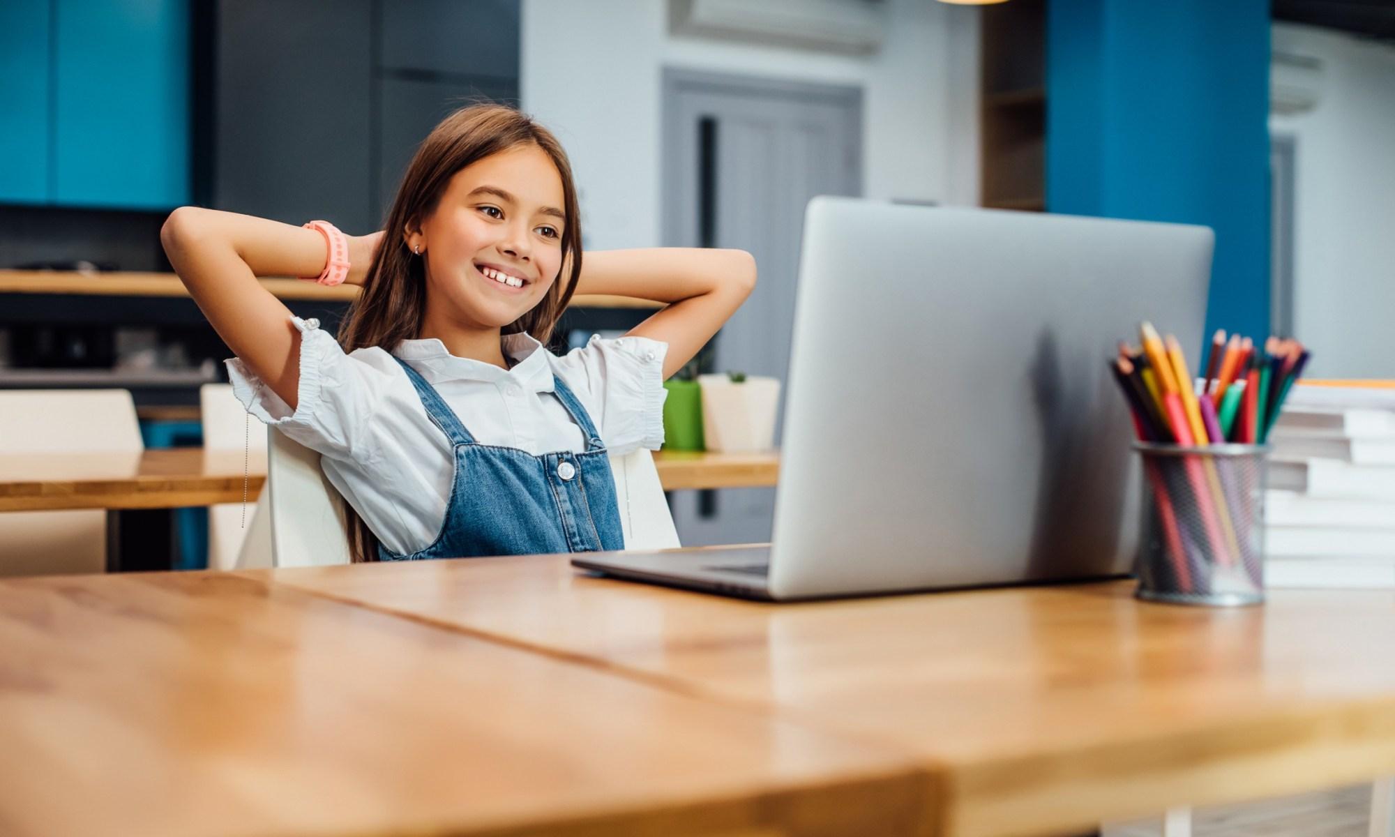 la ragazza impara l'inglese online