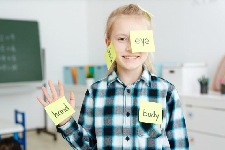 Dziewczynka ucząca się angielskiego poprzez zabawę