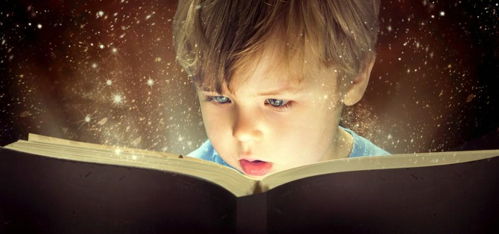 dziecko czytające wiersze