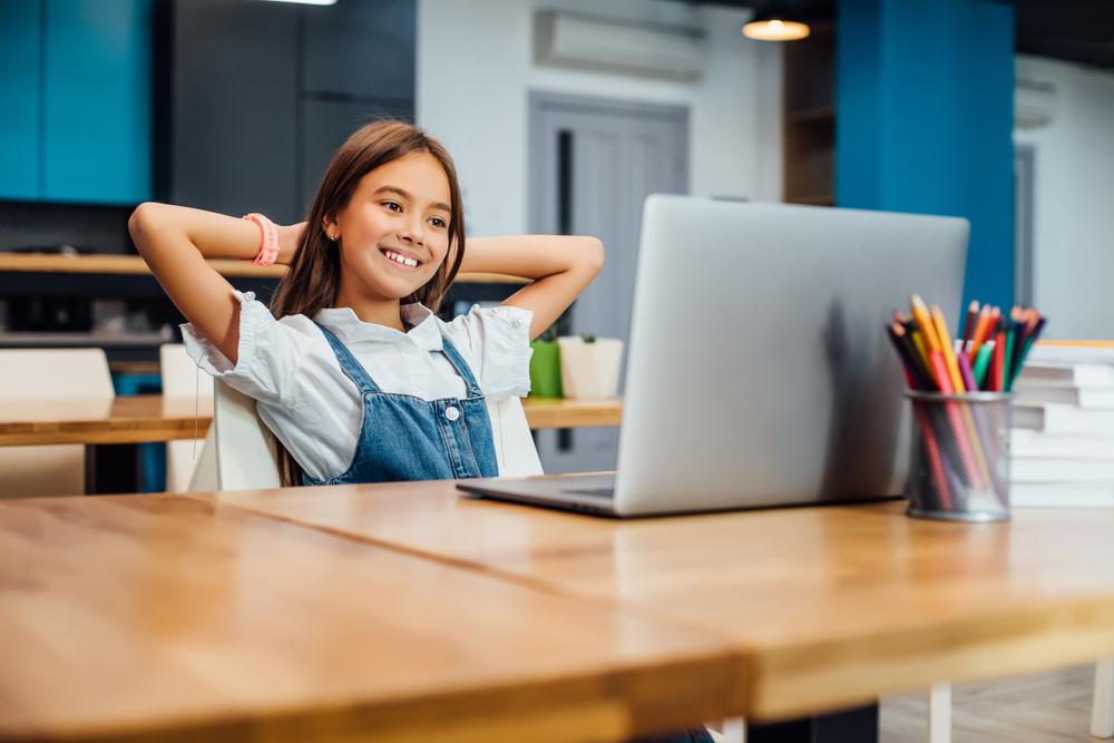 dziewczynka ucząca się przy komputerze