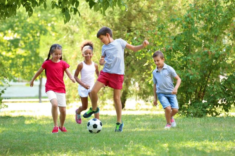 dzieci grające na świeżym powietrzu