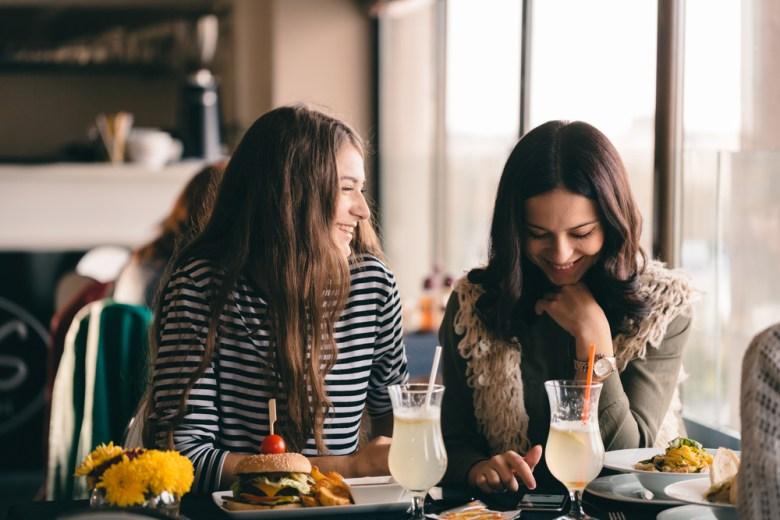 spotkanie z przyjaciółką jako sposób na relaks