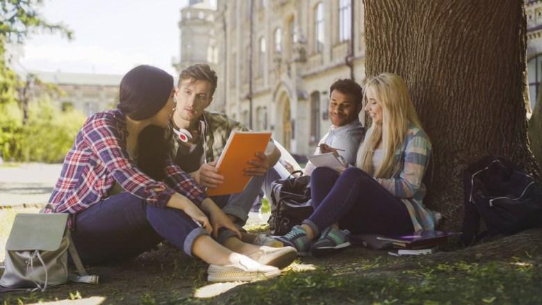 Ucząca się grupka studentów
