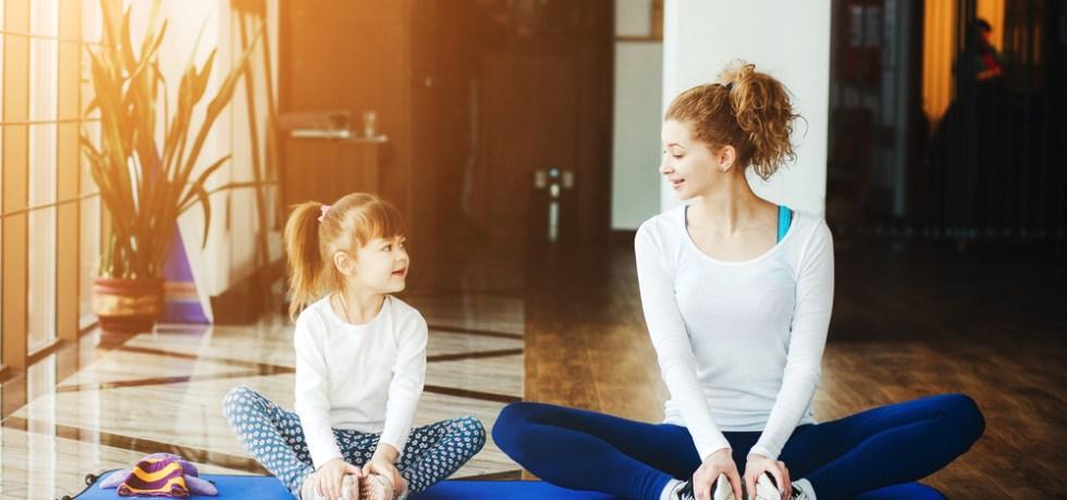 mama i córka ćwiczą jogę