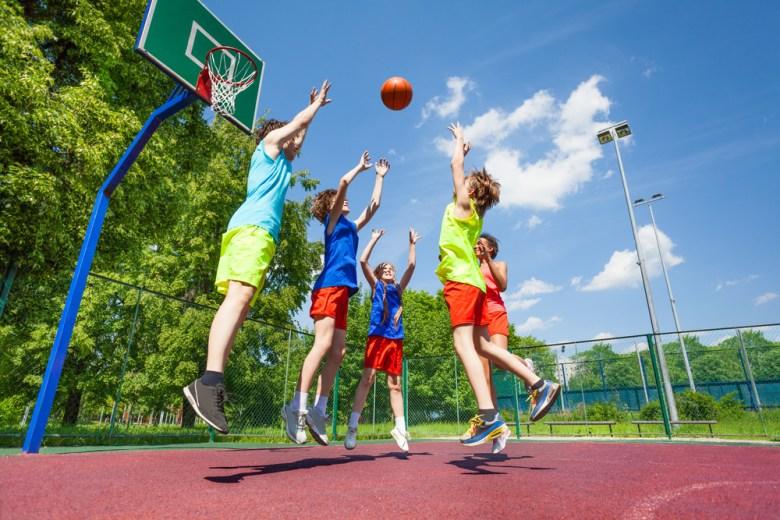 Ja zachęcić dzieci do sportu, dzieci grające w kosza