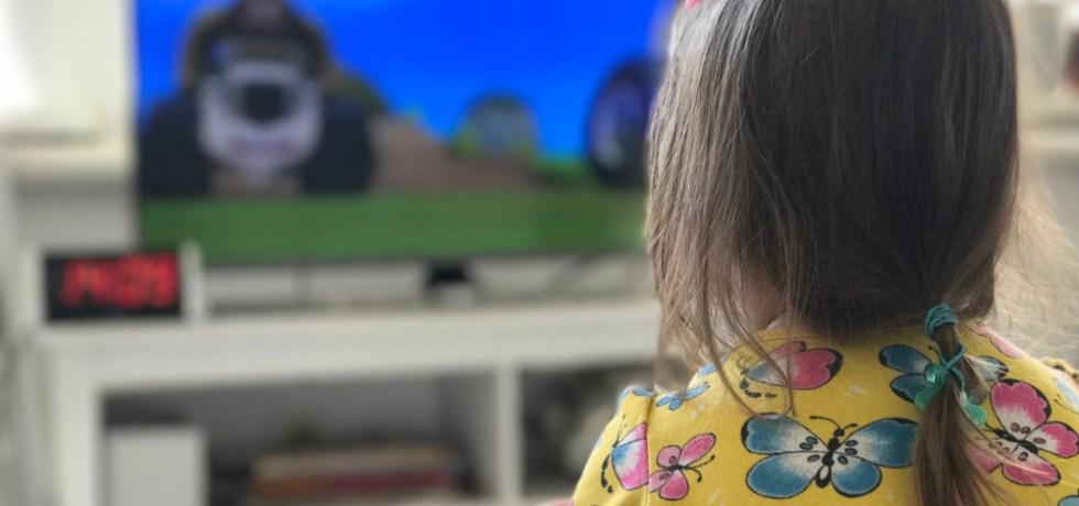 dziecko oglądające kreskówki
