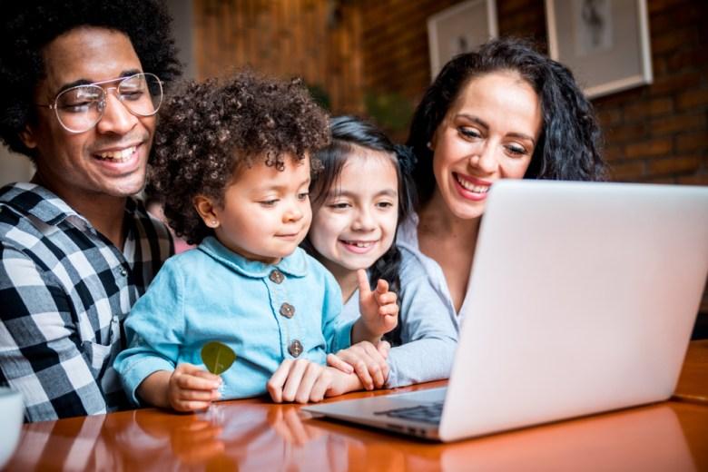 rodzicie z dziećmi przed. komputerem