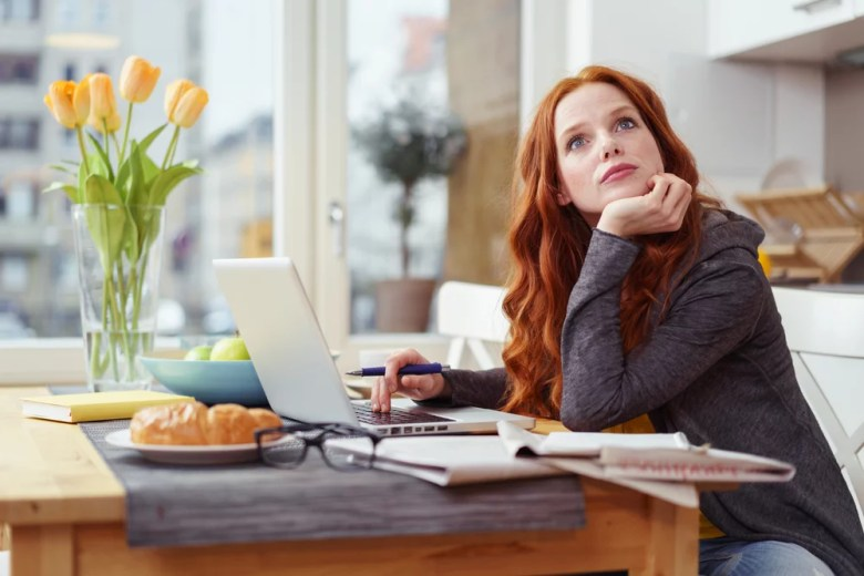 kobieta myśli przy laptopie