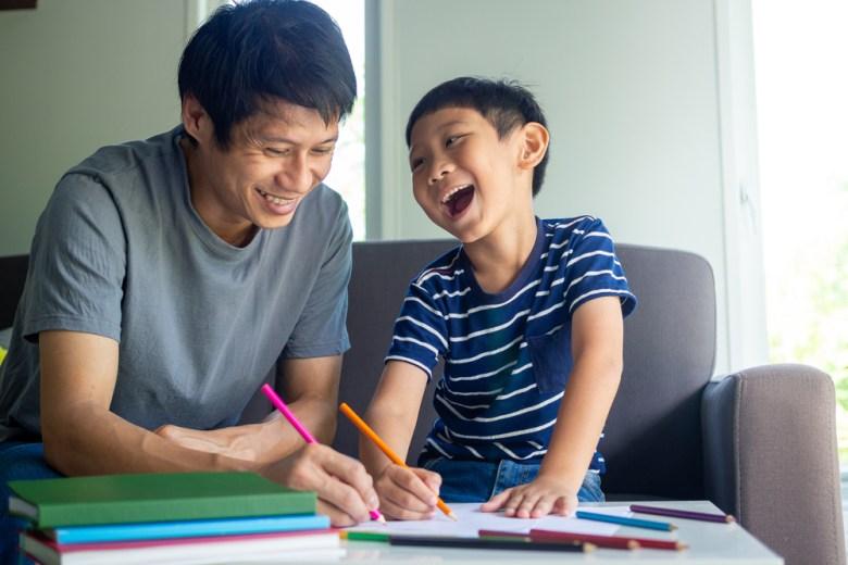 ojciec wspierający dziecko w nauce