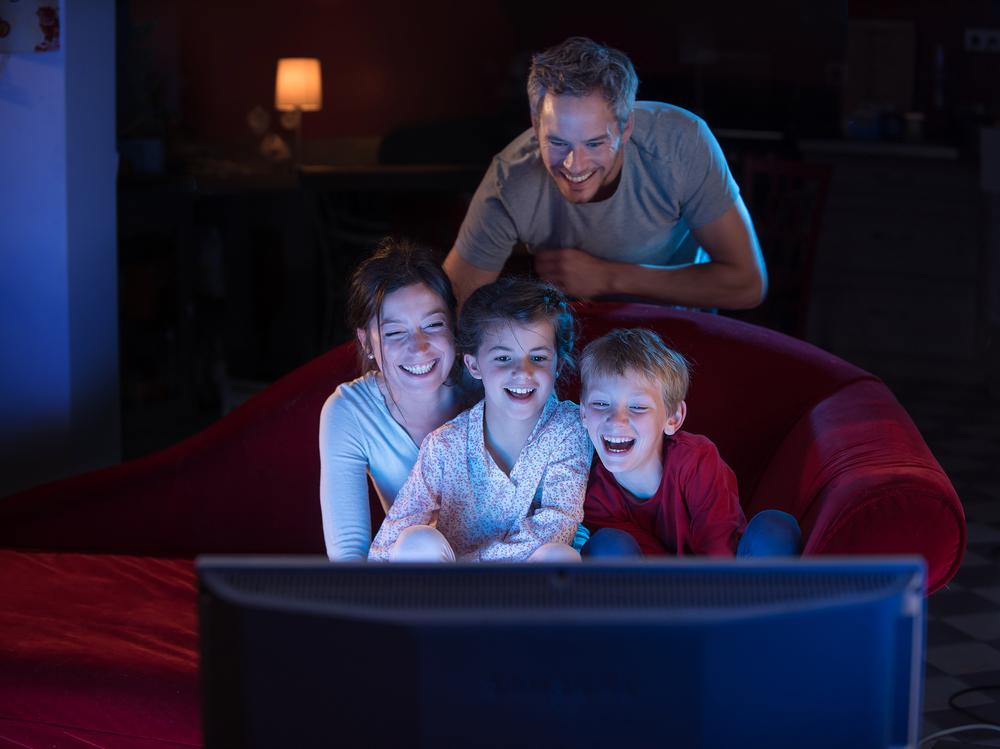 dzieci oglądające bajki z rodzicami