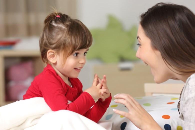 mała dziewczynka rozmawiająca z mamą