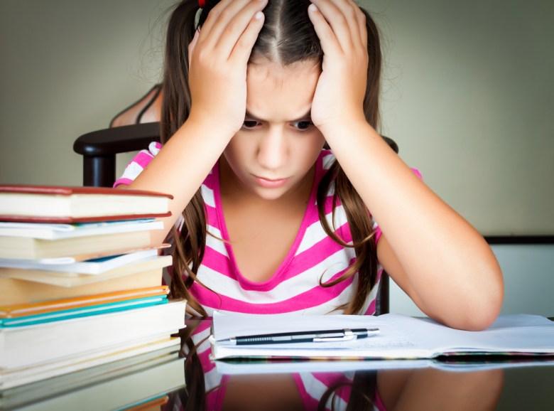 smutna dziewczynka przy nauce
