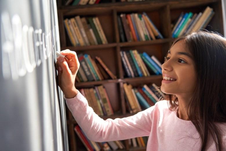 dziewczynka przy tablicy