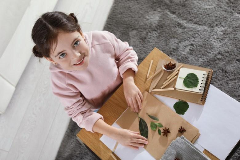 dziewczynka wykonująca prace plastyczne