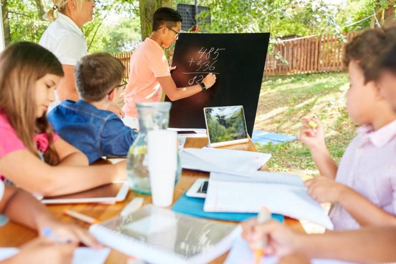 dzieci uczące się w wakacje