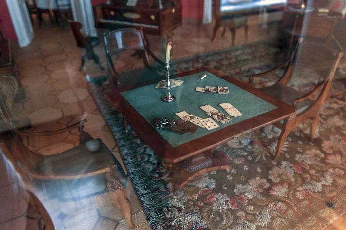 За этим столом, раскурив трубку, Пушкин играл в карты с московскими приятелями.