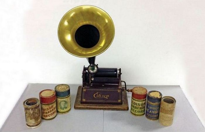Изменил мир: цилиндрический фонограф Эдисона.
