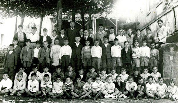 Santi junto a sus compañeros en la escuela deUsansolo (Bizkaia)