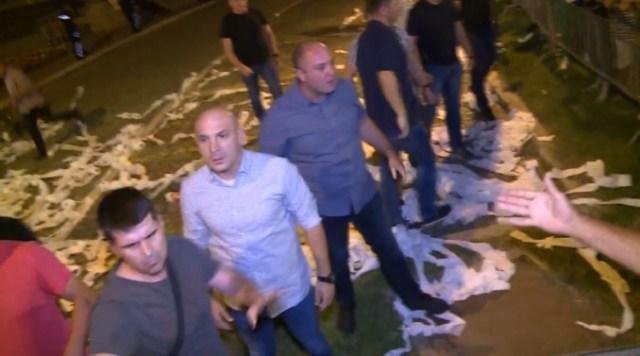 Tuča Vučićevog obezbeđenja i protestanata ispred Predsedništva Srbije (VIDEO)