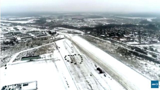 Ruski poručnik zaprosio devojku usred tenkova poređanih u obliku srca