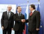 Preşedintele Rusiei Dimitri Medvedev (centru), preşedintele Consiliului European, Herman Van Rompuy (stânga) şi preşedintele  Comisiei Europeme (UE), Jose Manuel Barroso (dreapta)  la summit-ul UE-Rusia, la sediul Consiliului Uniunii Europene, Bruxelles, Belgia , 15 Decembrie 2011  Source: EPA/BGNES