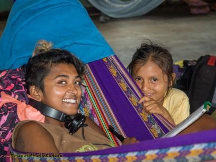 Dziewczyna i młoda kobieta na hamakach