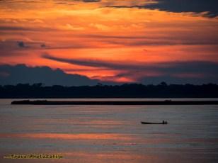 Zachód słońca na Amazonce i pięknie rozświetlone chmury