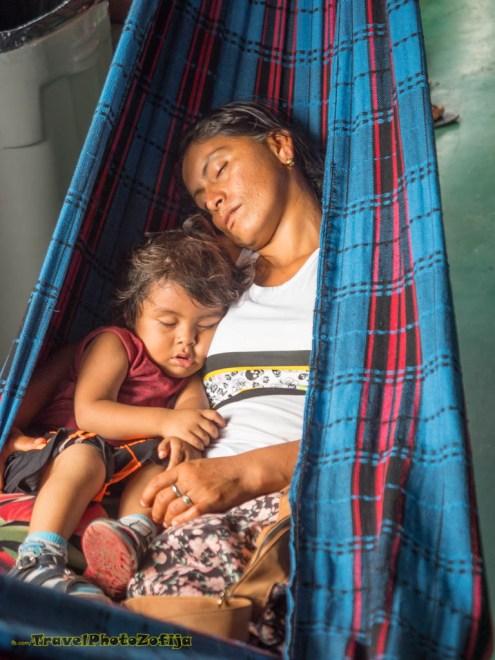 Matka z córką śpią na hamaku