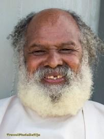 Zdjęcie uśmiechniętego mężczyzny z gęstą białą brodą