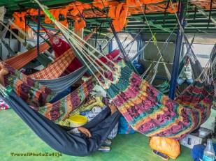 Kolorowe hamaki rozwieszone na łodzi